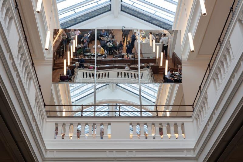 Ο μεγάλος καθρέφτης που απεικονίζει το δωμάτιο μελών που βρίσκεται σε Βικτώρια και Αλβέρτο Museum στοκ φωτογραφία