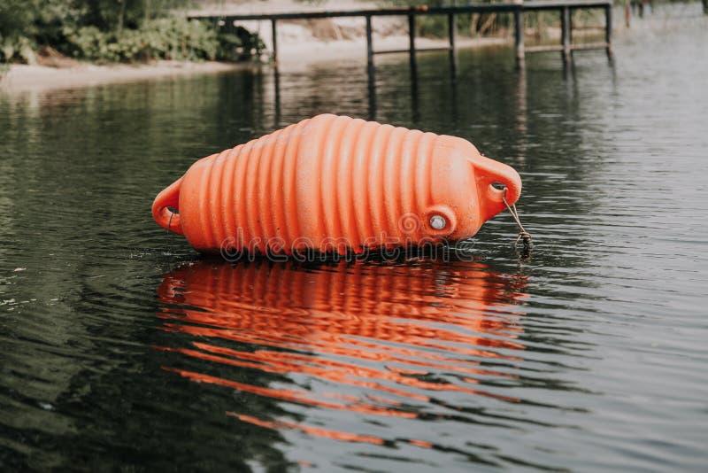 Ο μεγάλος πορτοκαλής σημαντήρας βρίσκεται στο νερό στοκ εικόνες