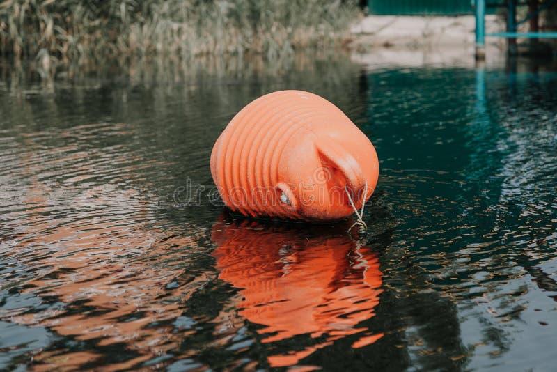 Ο μεγάλος πορτοκαλής σημαντήρας βρίσκεται στο νερό στοκ φωτογραφίες με δικαίωμα ελεύθερης χρήσης
