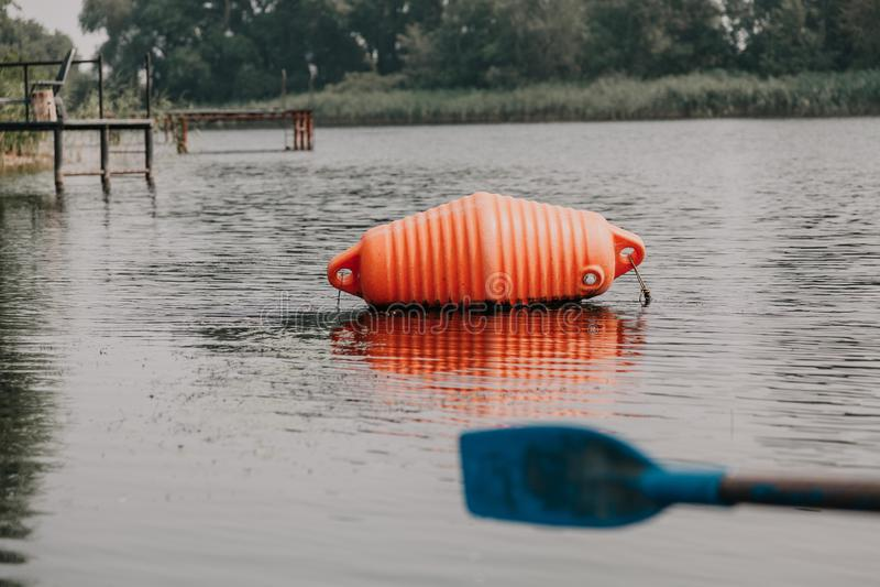 Ο μεγάλος πορτοκαλής σημαντήρας βρίσκεται στο νερό στοκ φωτογραφία με δικαίωμα ελεύθερης χρήσης
