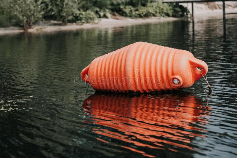 Ο μεγάλος πορτοκαλής σημαντήρας βρίσκεται στο νερό στοκ φωτογραφία