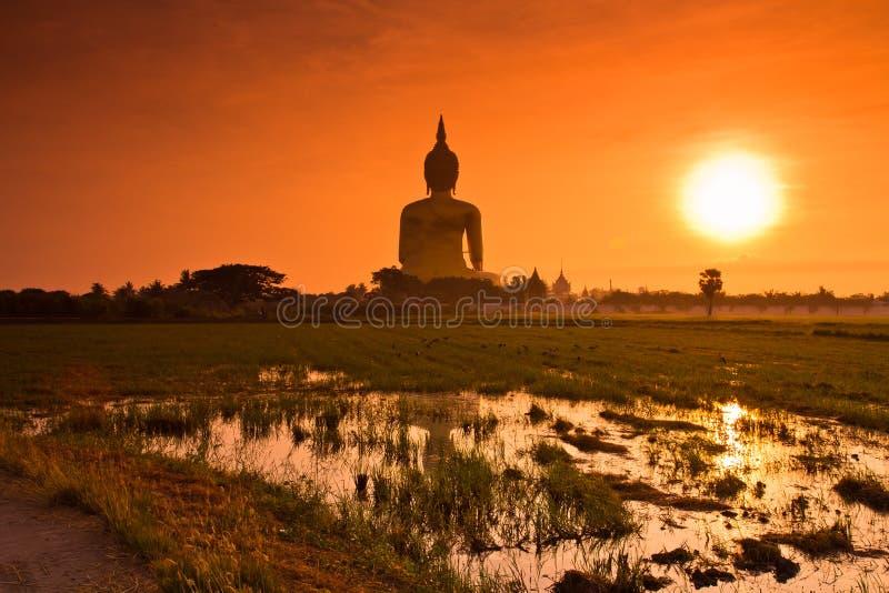 Ο μεγάλος Βούδας σε Wat Mung στο ηλιοβασίλεμα, Ταϊλάνδη στοκ φωτογραφίες