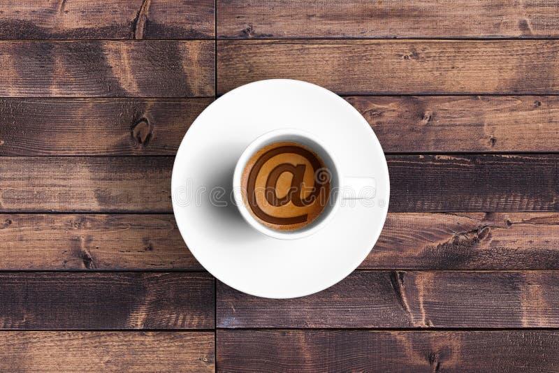 Ο μεγάλος ιταλικός καφές espresso σε ένα άσπρο φλυτζάνι με et @ στέλνει μήνυμα με το ηλεκτρονικό ταχυδρομείο τη μορφή συμβόλων, έ στοκ φωτογραφία με δικαίωμα ελεύθερης χρήσης