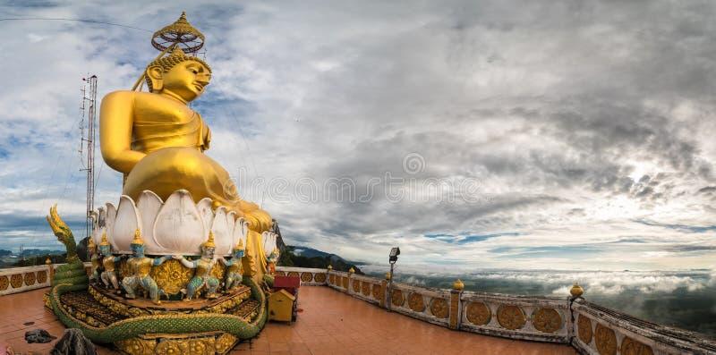 Ο μεγάλος μεγάλος Βούδας πέρα από το λόφο στο ναό σπηλιών τιγρών στοκ εικόνες με δικαίωμα ελεύθερης χρήσης