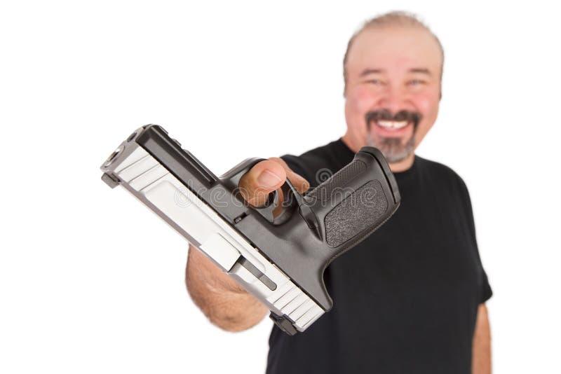 Ο μεγάλος τύπος δίνει το πυροβόλο όπλο του φιλικό στοκ εικόνες