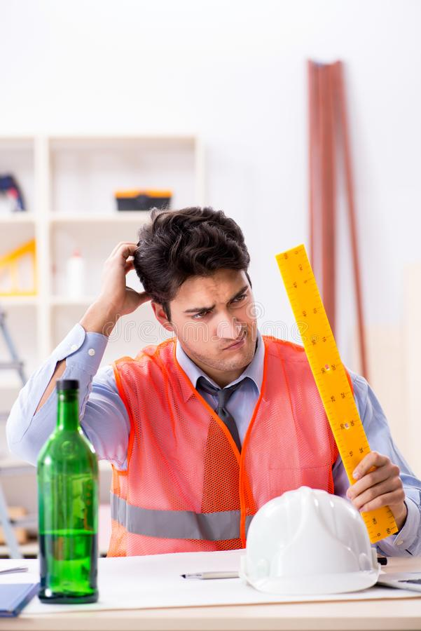 Ο μεθυσμένος μηχανικός που εργάζεται στο εργαστήριο στοκ εικόνες με δικαίωμα ελεύθερης χρήσης
