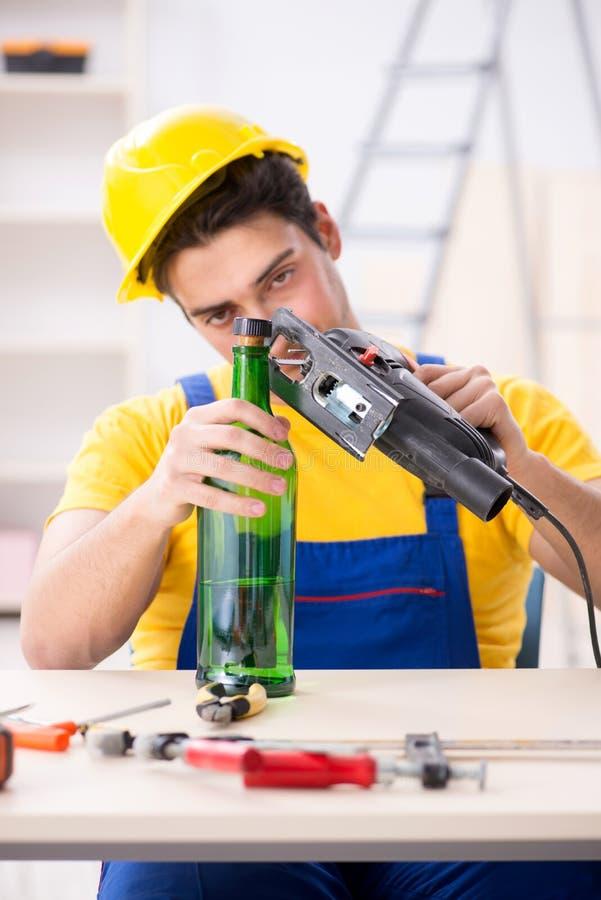 Ο μεθυσμένος μηχανικός που εργάζεται στο εργαστήριο στοκ φωτογραφία με δικαίωμα ελεύθερης χρήσης