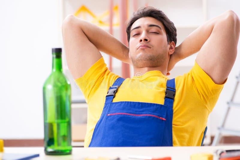 Ο μεθυσμένος μηχανικός που εργάζεται στο εργαστήριο στοκ φωτογραφίες