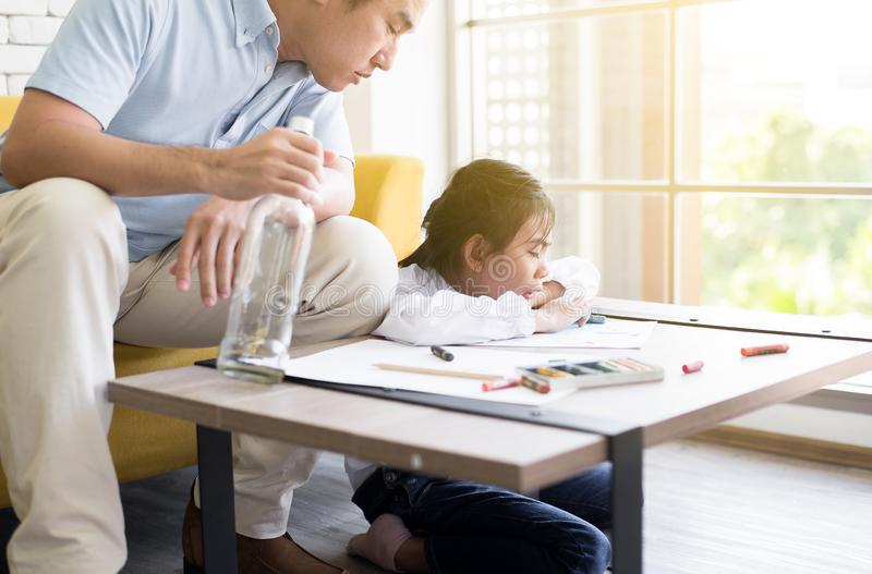 Ο μεθυσμένος πατέρας διδάσκει το παιδί σας για να κάνει την εργασία και την κόρη που φωνάζουν στο σπίτι, οικογενειακά ζητήματα στοκ εικόνες
