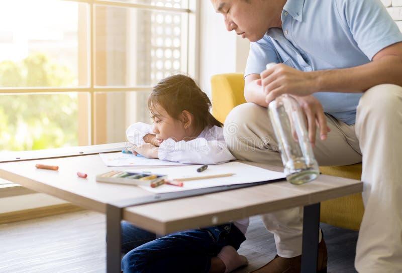 Ο μεθυσμένος πατέρας διδάσκει το παιδί σας για να κάνει την εργασία και την κόρη που φωνάζουν, κοινωνικά οικογενειακά ζητήματα στοκ εικόνες με δικαίωμα ελεύθερης χρήσης