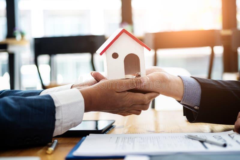Ο μεσίτης ακίνητων περιουσιών εξηγεί την επένδυση συμβάσεων πρίν υπογράφει μια κατοικήσιμη περιοχή συμβάσεων στην αρχή έννοια συμ στοκ εικόνα