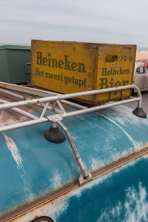 ο μεταφορέας Kombi της VW ύφους της δεκαετίας του '60 στην παραλία με το κλουβί μπύρας στο ράφι στεγών στοκ εικόνες