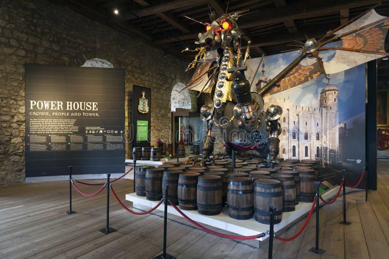 Ο με τον τίτλο φύλακας αγαλμάτων δράκων εγκατέστησε στην είσοδο στην έκθεση μέσα στο άσπρο κτήριο πύργων στον πύργο του Λονδίνου στοκ εικόνες