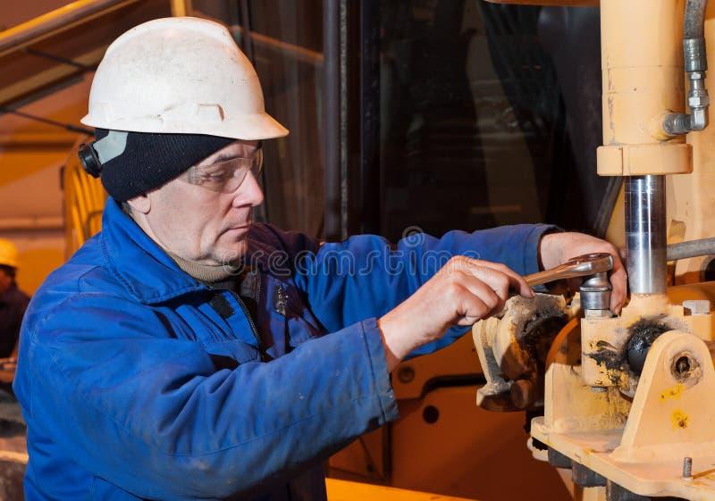 Ο μηχανικός αποσυνθέτει τη μηχανή Περιοχή παραγωγής στοκ φωτογραφία με δικαίωμα ελεύθερης χρήσης