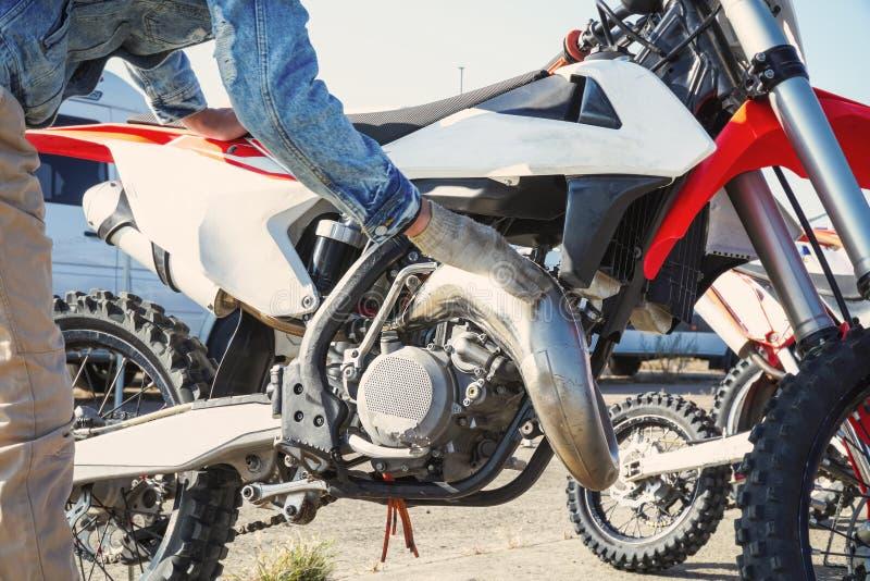 Ο μηχανικός εξυπηρετεί μια μοτοσικλέτα μοτοκρός στοκ φωτογραφίες