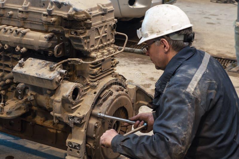 Ο μηχανικός επισκευάζει τη μεγάλη μηχανή του φορτηγού στοκ φωτογραφία με δικαίωμα ελεύθερης χρήσης