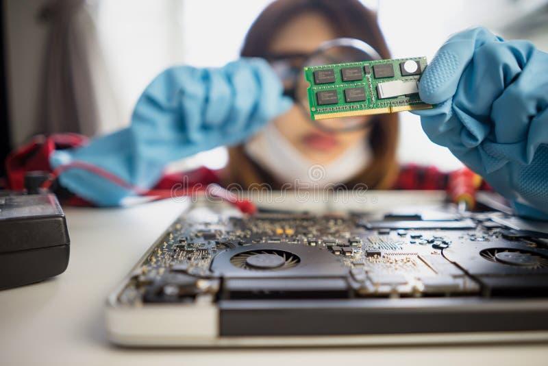 Ο μηχανικός επισκευάζει το φορητό υπολογιστή καθορισμού υποστήριξης lap-top στοκ φωτογραφία