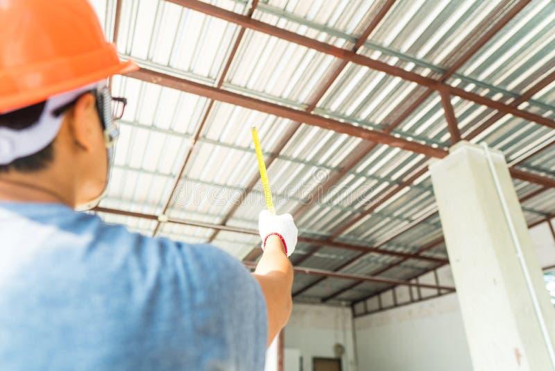 Ο μηχανικός εργάζεται στη οικοδομή στοκ φωτογραφίες με δικαίωμα ελεύθερης χρήσης