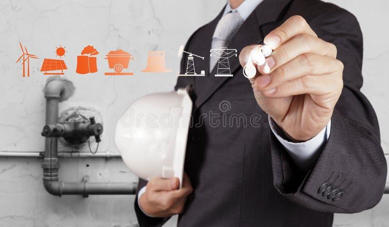 Ο μηχανικός παρουσιάζει εγκαταστάσεις καθαρισμού πετρελαίου και φυσικού αερίου, σωληνώσεις στοκ φωτογραφίες με δικαίωμα ελεύθερης χρήσης
