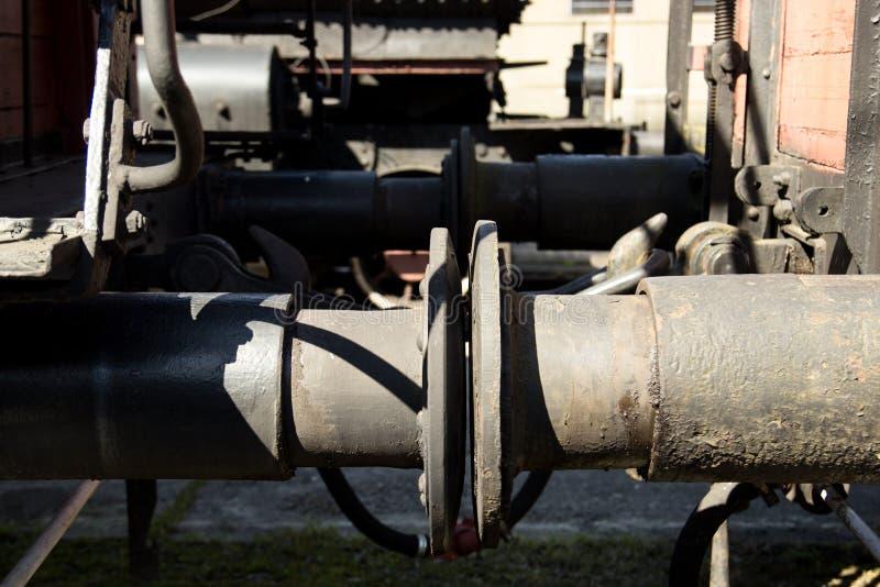 Ο μηχανισμός σύνδεσης βαγονιών εμπορευμάτων η ατμομηχανή στέκεται στις ράγες στοκ φωτογραφία με δικαίωμα ελεύθερης χρήσης