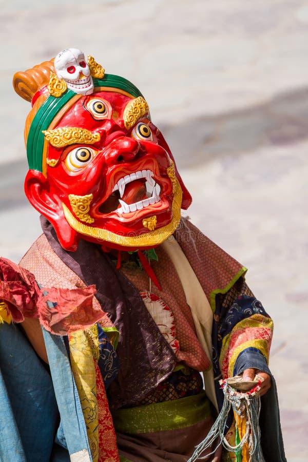 Ο μη αναγνωρισμένος μοναχός εκτελεί έναν θρησκευτικό καλυμμένο και ντυμένο με κοστούμι χορό μυστηρίου του θιβετιανού βουδισμού στοκ εικόνες με δικαίωμα ελεύθερης χρήσης
