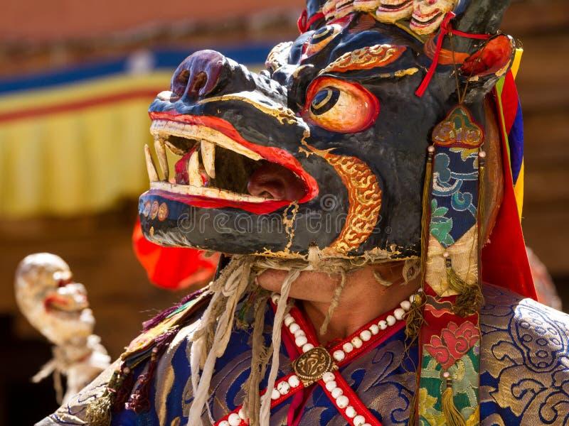 Ο μη αναγνωρισμένος μοναχός στη μάσκα εκτελεί το θρησκευτικό χορό Cham στοκ εικόνες με δικαίωμα ελεύθερης χρήσης