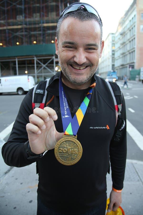 Ο μη αναγνωρισμένος δρομέας μαραθωνίου πόλεων της Νέας Υόρκης του 2015 φορά το μετάλλιο στο Μανχάταν στοκ εικόνες