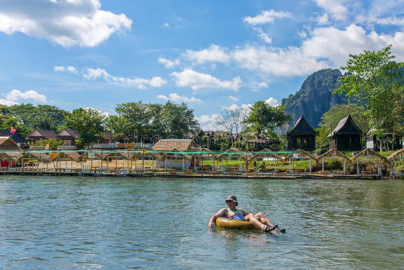 Ο μη αναγνωρισμένος τουρίστας απολαμβάνει τη σωλήνωση στον ποταμό τραγουδιού στο χωριό Vang Viang, Λάος στοκ εικόνες