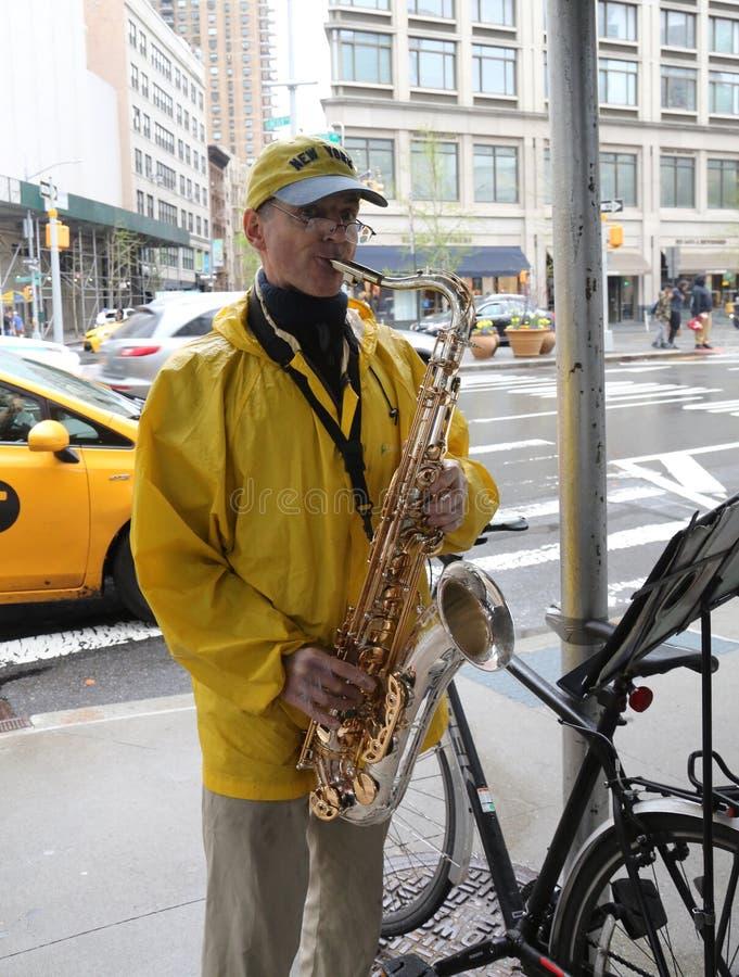 Ο μη αναγνωρισμένος φορέας saxophone αποδίδει στο της περιφέρειας του κέντ στοκ φωτογραφίες