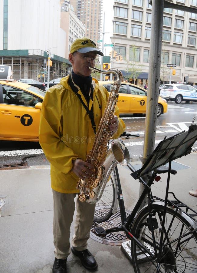 Ο μη αναγνωρισμένος φορέας saxophone αποδίδει στο της περιφέρειας του κέντ στοκ φωτογραφία