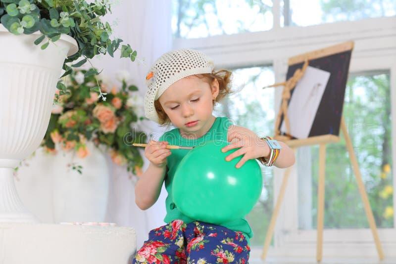 Ο μικρός ζωγράφος χρωματίζει τις εικόνες στοκ εικόνες με δικαίωμα ελεύθερης χρήσης