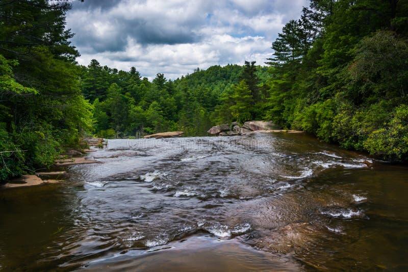 Ο μικρός ποταμός επάνω από τις υψηλές πτώσεις, στο κρατικό δάσος της Dupont, ο Βορράς στοκ φωτογραφία με δικαίωμα ελεύθερης χρήσης