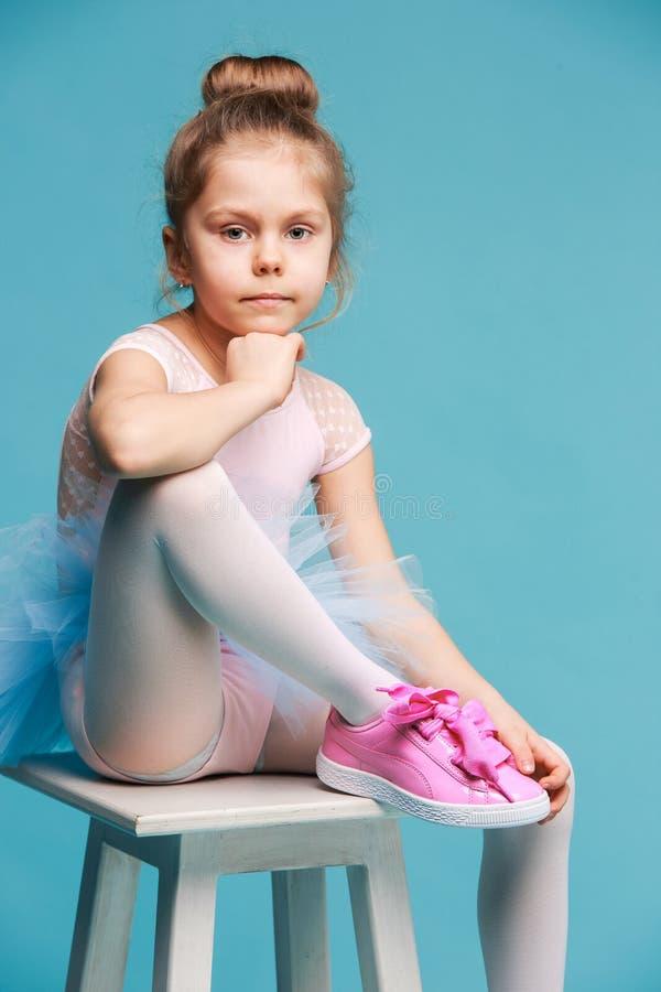 Ο μικρός χορευτής balerina στο μπλε υπόβαθρο στοκ φωτογραφία με δικαίωμα ελεύθερης χρήσης