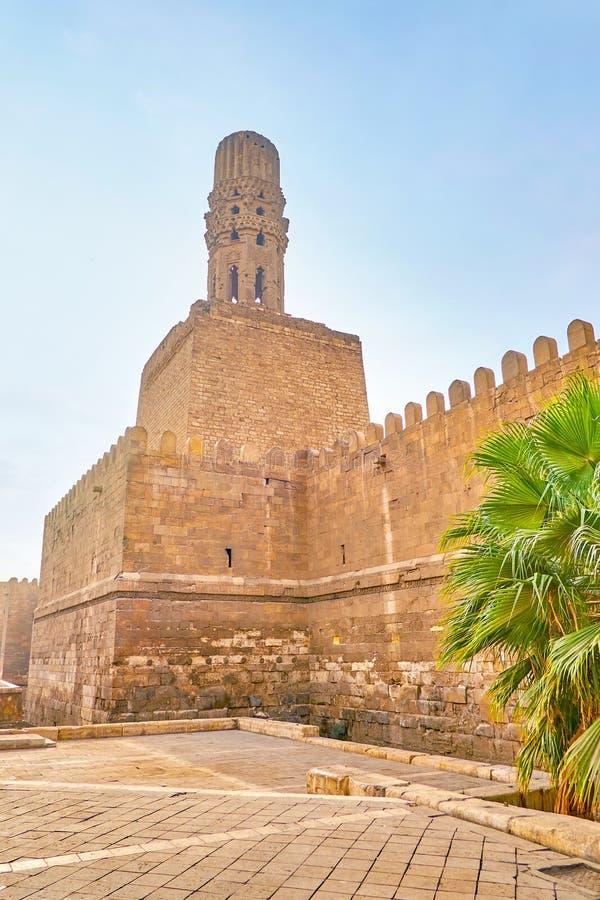 Ο μιναρές Al-Hakim του μουσουλμανικού τεμένους πέρα από τους τοίχους πόλεων, Κάιρο, Αίγυπτος στοκ εικόνες με δικαίωμα ελεύθερης χρήσης