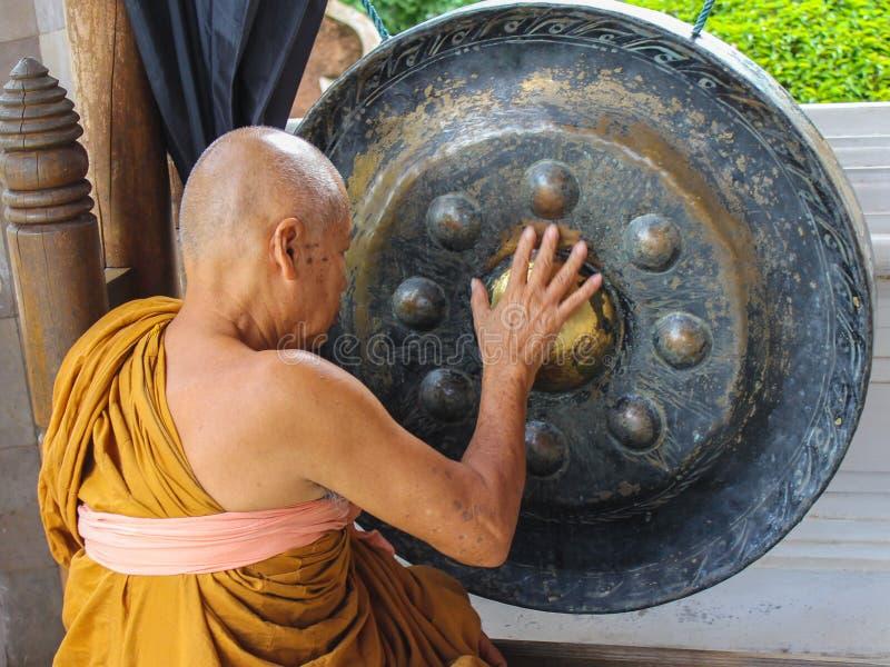 Ο μοναχός παίζει ένα τραγουδώντας κύπελλο στοκ φωτογραφίες με δικαίωμα ελεύθερης χρήσης