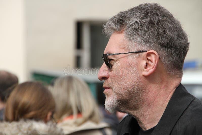Ο μουσικός κριτικός Artemy Troitsky ήρθε να υποστηρίξει τους συλλήφθείτυς συμμετέχοντες της ταραχής γατών στο δικαστήριο στοκ φωτογραφία