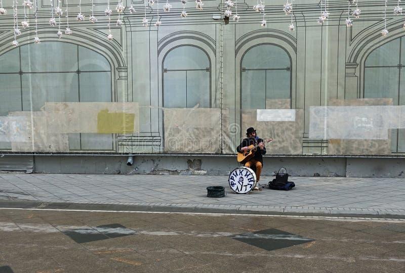 Ο μουσικός οδών παίζει την κιθάρα στοκ φωτογραφία με δικαίωμα ελεύθερης χρήσης