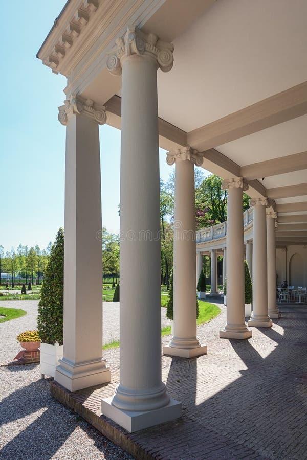 Ο μπαρόκ κήπος του παλατιού τουαλετών που βλέπει μέσω της κιονοστοιχίας στοκ φωτογραφία με δικαίωμα ελεύθερης χρήσης
