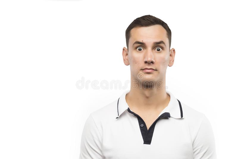 Ο μπερδεμένος νεαρός άνδρας που απομονώνεται σε ένα άσπρο υπόβαθρο στοκ εικόνες