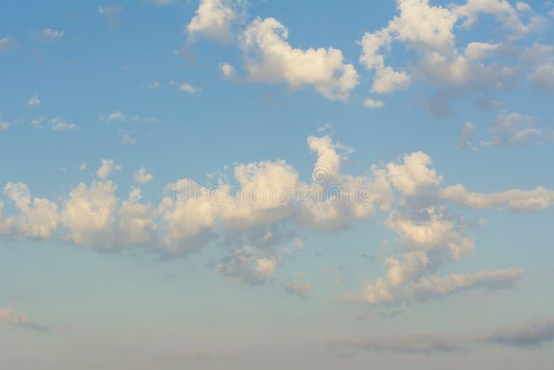 Ο μπλε ουρανός με πολλούς σωρείτης καλύπτει predawn τον ουρανό στοκ εικόνα με δικαίωμα ελεύθερης χρήσης