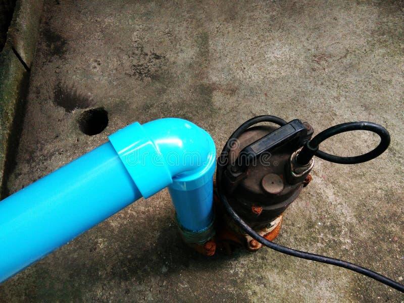 Ο μπλε σωλήνας συνδέει με την υδραντλία στοκ εικόνες με δικαίωμα ελεύθερης χρήσης