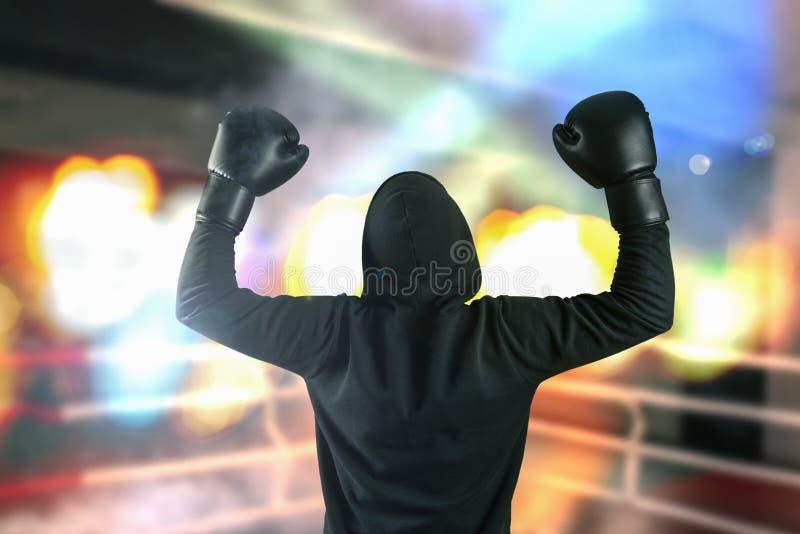 Ο μπόξερ χωρίς ένα όνομα από που έκλεισε τις μαύρες φόρμες αύξησε τα χέρια του επάνω σε μια χειρονομία νίκης στο αθλητικό δαχτυλί στοκ φωτογραφίες με δικαίωμα ελεύθερης χρήσης