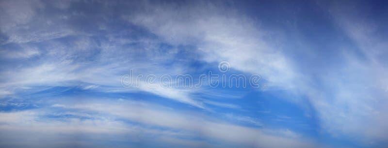 ο μπλε ουρανός άνοιξη με τα σύννεφα καθαρίζει στοκ εικόνες