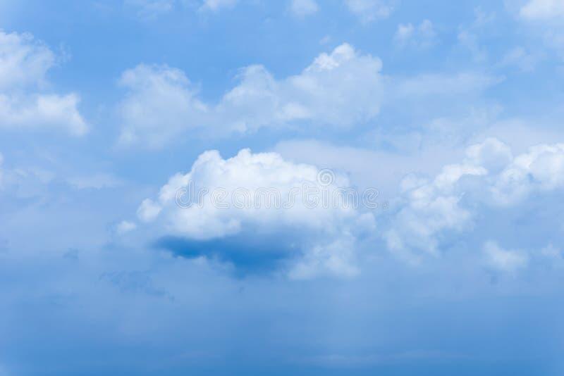 Ο μπλε ουρανός καλύπτει το υπόβαθρο σωρειτών στοκ εικόνες