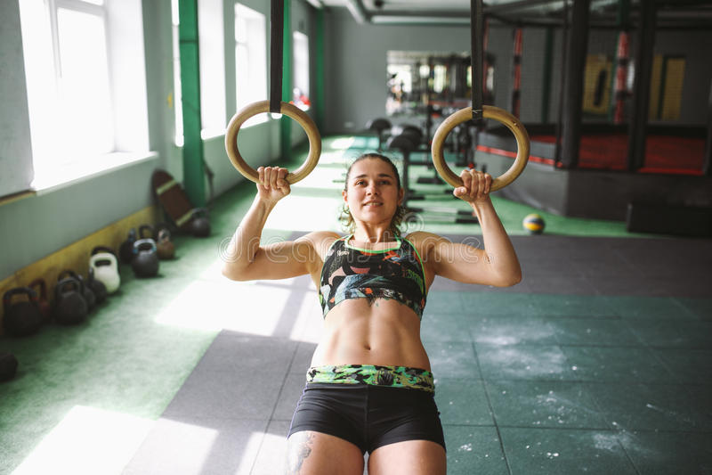 Ο μυς UPS γυναικών κοριτσιών δαχτυλιδιών εμβύθισης χτυπά workout στη γυμναστική στοκ εικόνες με δικαίωμα ελεύθερης χρήσης