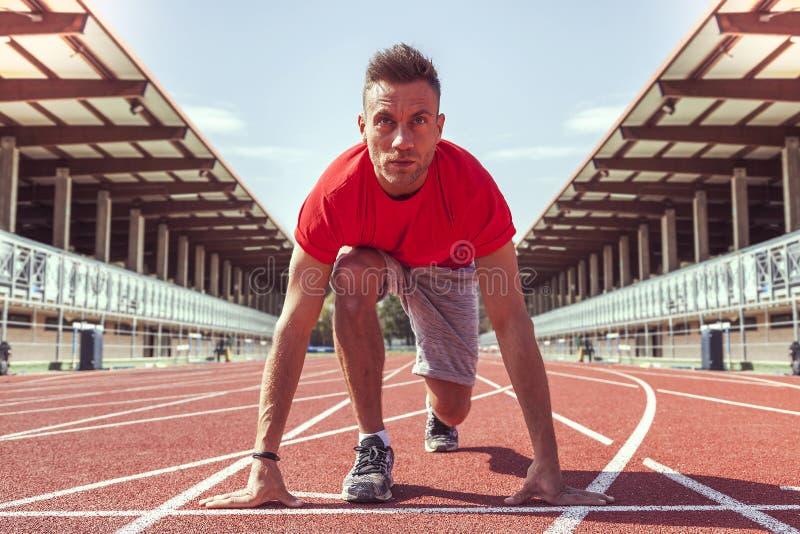 Ο νέος αθλητής αποφάσισε να αρχίσει τους φραγμούς έτοιμους για τον αγώνα στοκ φωτογραφίες με δικαίωμα ελεύθερης χρήσης