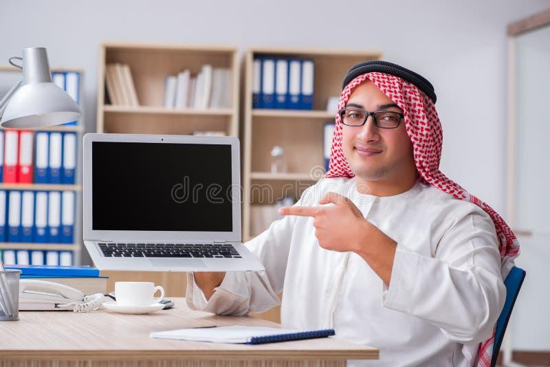 Ο νέος αραβικός επιχειρηματίας στην επιχειρησιακή έννοια στοκ εικόνα με δικαίωμα ελεύθερης χρήσης