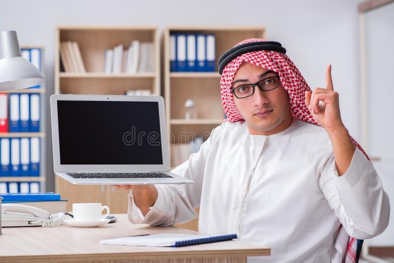 Ο νέος αραβικός επιχειρηματίας στην επιχειρησιακή έννοια στοκ εικόνες