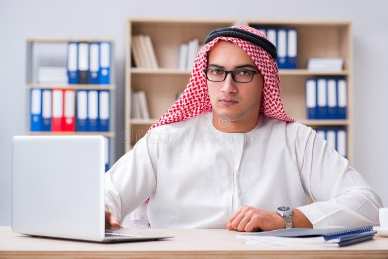 Ο νέος αραβικός επιχειρηματίας στην επιχειρησιακή έννοια στοκ φωτογραφία με δικαίωμα ελεύθερης χρήσης