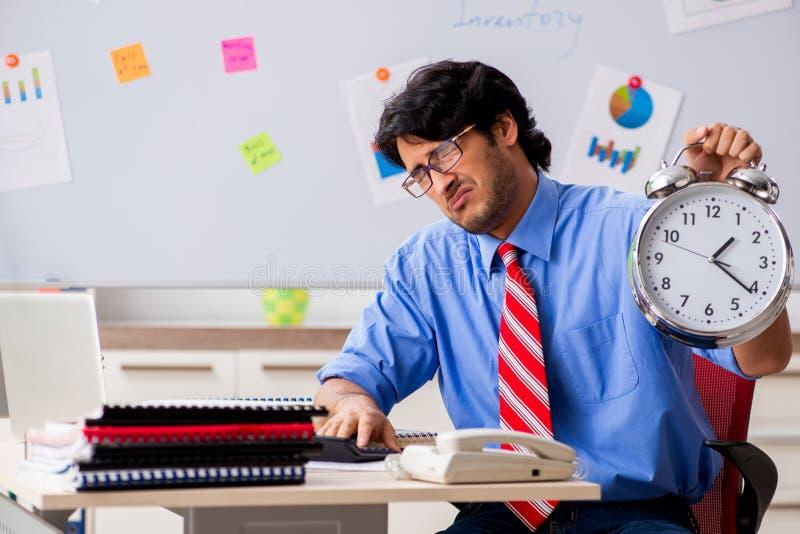 Ο νέος αρσενικός οικονομικός διευθυντής που εργάζεται στο γραφείο στοκ φωτογραφίες